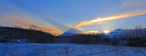 На закате тень от Ключевской смотрится объёмно слева и выше. Ниже пепловый шлейф от Безымянного
