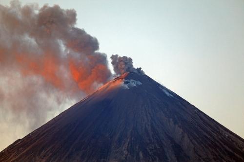 Активность в кратере Ключевского. Парогазовые выбросы с небольшим содержанием пепла